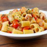 Pasta con il salmone. Ricetta leggera e anche veloce, giusto il tempo di far saltare i pomodorini e cuocere brevemente.
